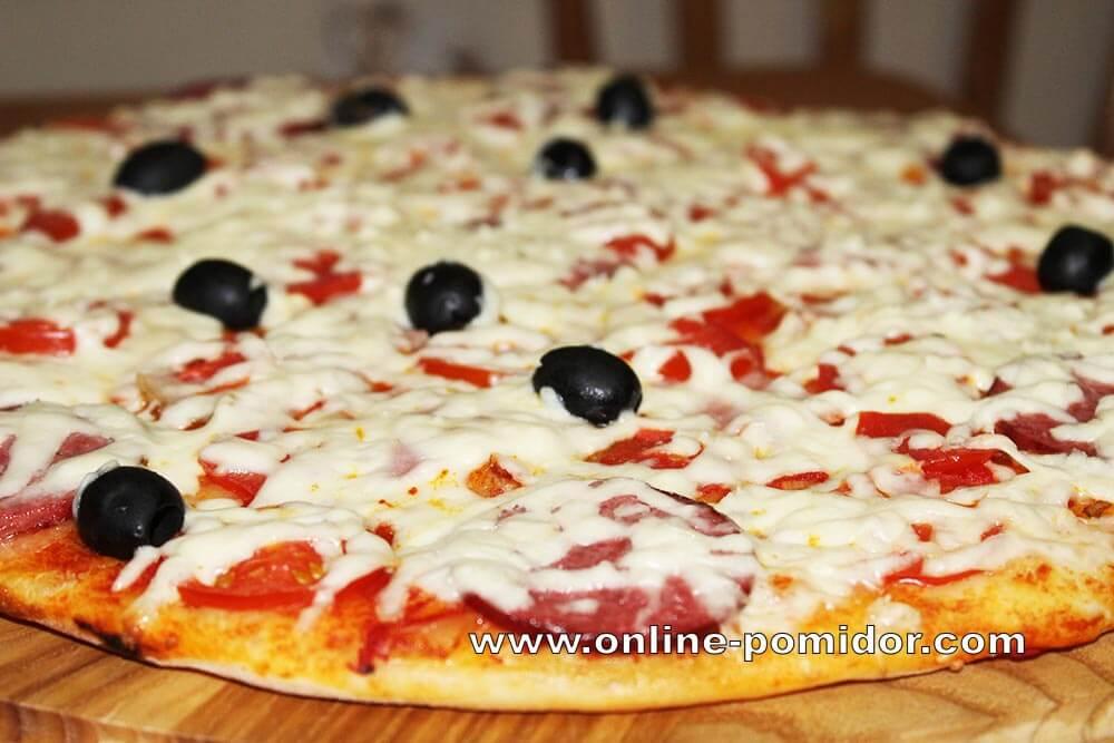 Домашняя пицца с салями и ветчиной